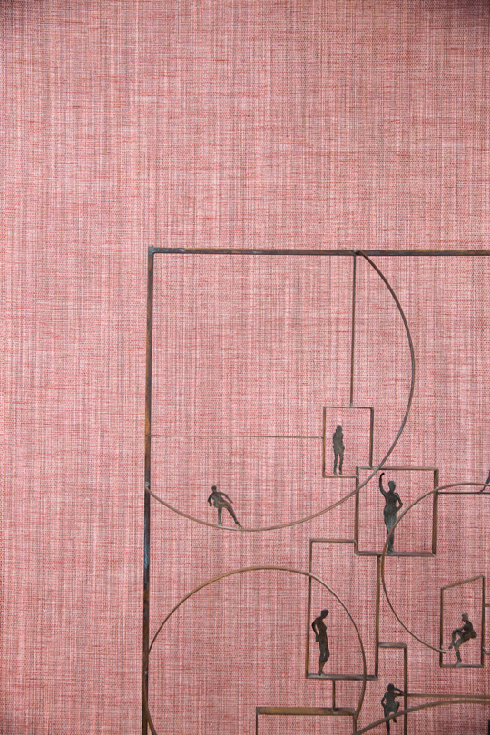 Wallpaper by Le crin in pink with a sculpture