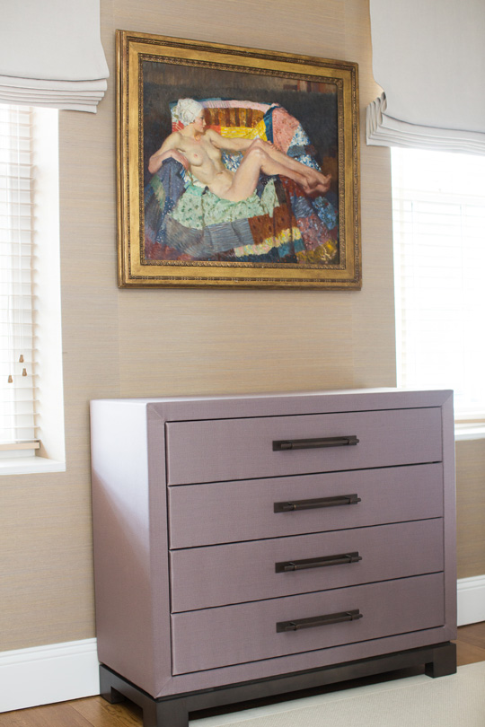 Silky chest of drawers with an antic painting of a woman